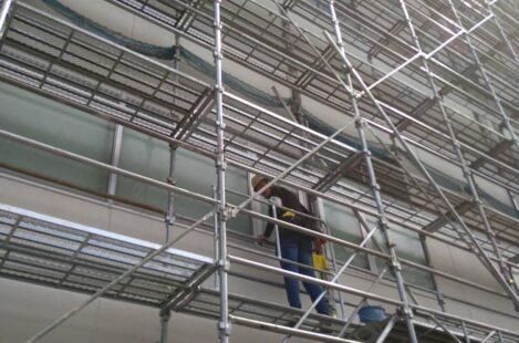 足場にてビルガラス清掃作業